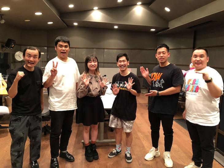 ななまがり(左から2人)、ミルクボーイ(右から2人)と、2組の後輩にあたる現役大学生(中央の2人)。(c)ABCラジオ