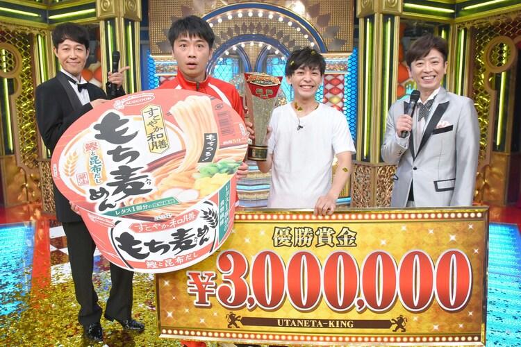 「歌ネタ王決定戦2020」で優勝したさや香と、司会を務めた小籔千豊(左)とフットボールアワー後藤(右)。
