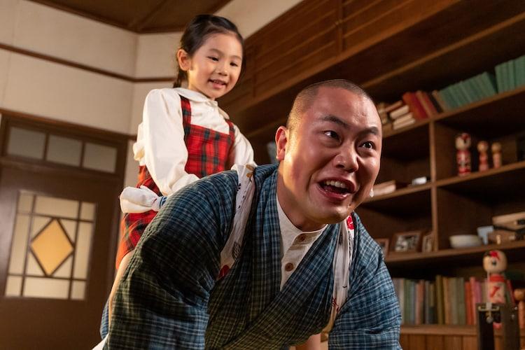 裕一と音の娘・華(田中乃愛)とハナコ岡部演じる田ノ上五郎。(c)NHK