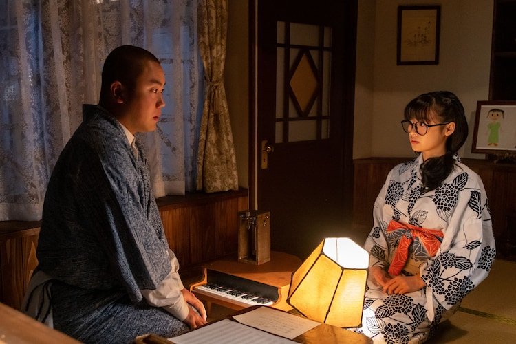 ハナコ岡部演じる田ノ上五郎と森七菜演じる関内梅。(c)NHK