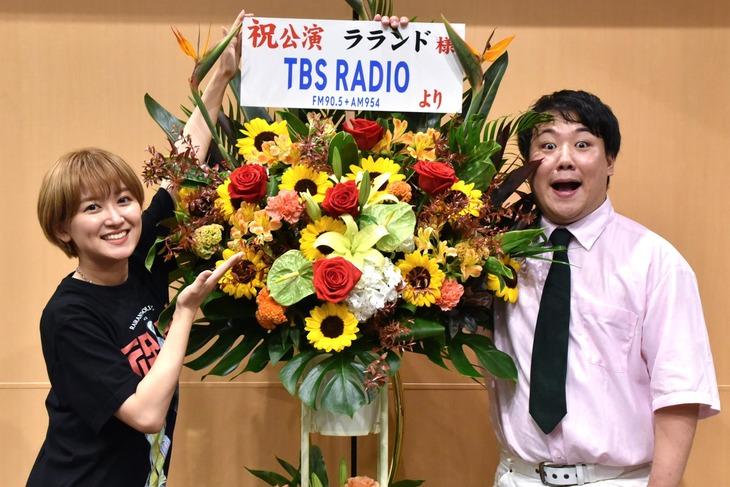 ラランド。自身の単独ライブ「祝電」内にて、冠ラジオ番組のスタートがサプライズ発表された。