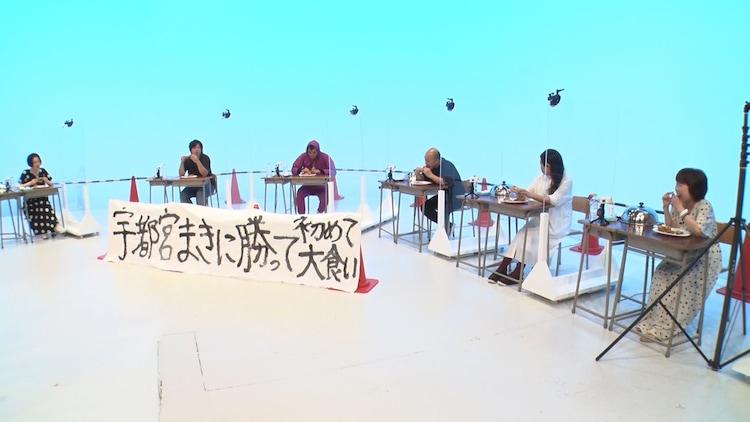 「吉本新喜劇大食い王」決定戦の様子。