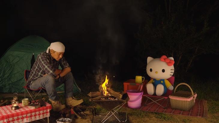 焚火をするヒロシ(左)とハローキティ(右)。