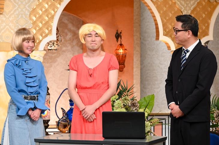 「櫻井・有吉THE夜会SP」でコラボネタを披露する黒木華(左)とシソンヌ。(c)TBS