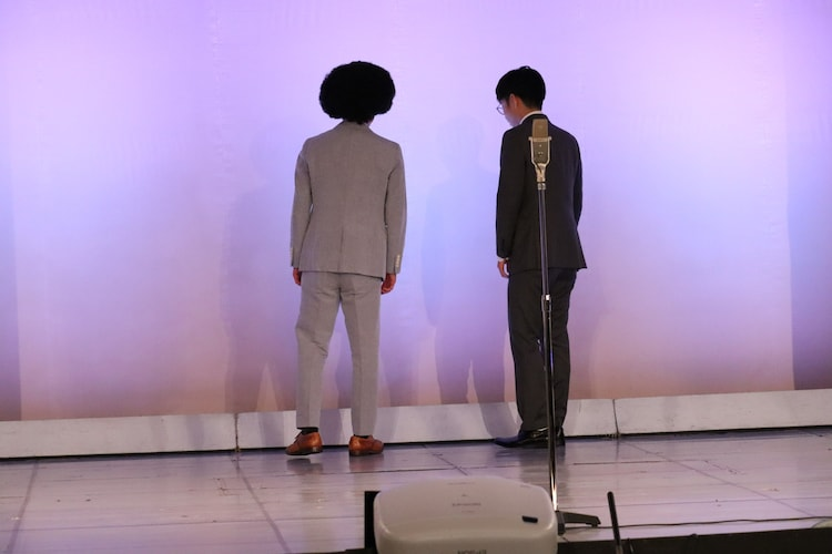 客席に背を向けたまま漫才をしてしまう諸田・津沼。