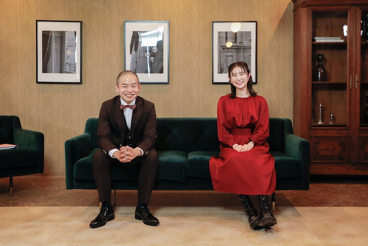メインMCを務めるゾフィー上田(左)とアシスタントのまつきりな(右)。