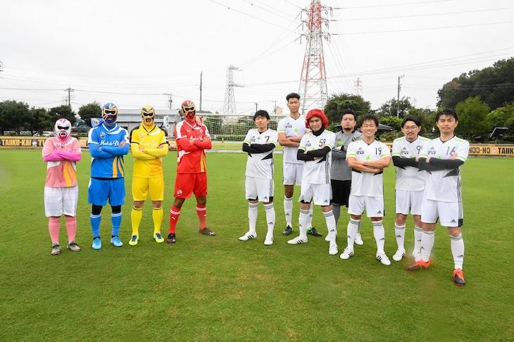「炎の体育会TV」でサッカー対決に臨む「W杯元日本代表マスク軍」(左)と「お笑い第7世代軍」(右)。(c)TBS