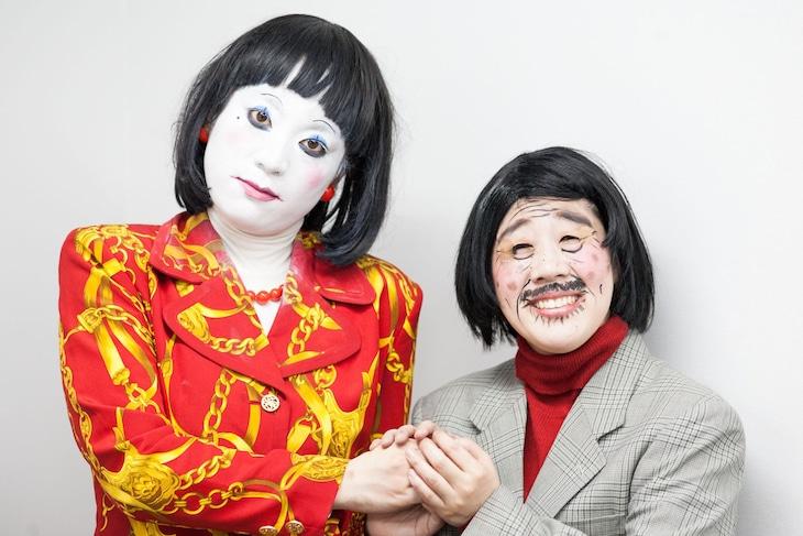 コント「未亡人朱美ちゃん3号」のキャラクターに扮する日本エレキテル連合。左から朱美ちゃん3号(橋本)、細貝さん(中野)。