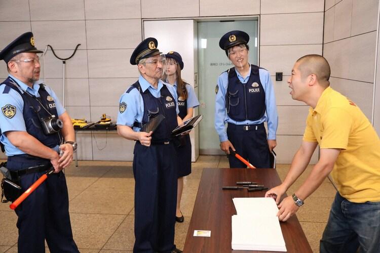 ハライチ澤部(右)が「大喜利警察」に職務質問されるワンシーン。(c)フジテレビ