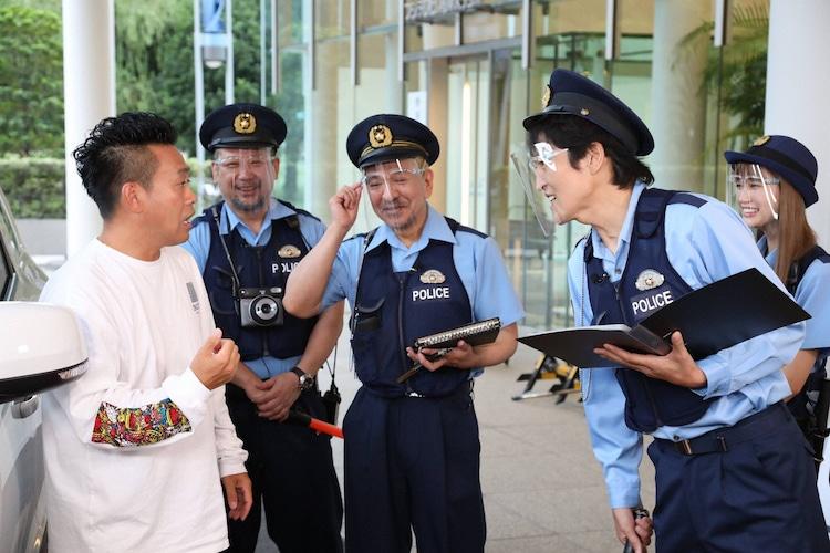 宮川大輔(左)が「大喜利警察」に職務質問されるワンシーン。(c)フジテレビ