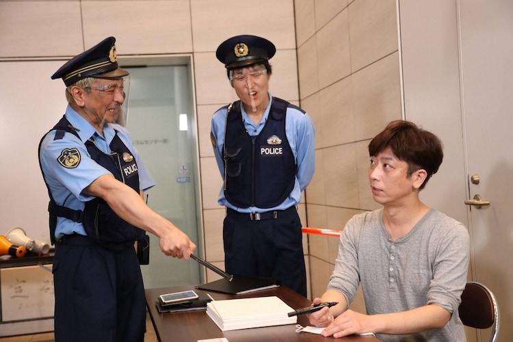 フットボールアワー後藤(右)が「大喜利警察」に職務質問されるワンシーン。(c)フジテレビ