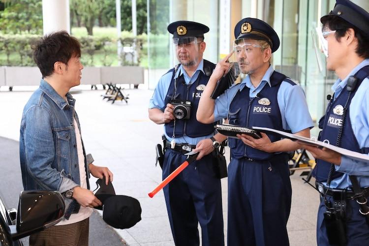 陣内智則(左)が「大喜利警察」に職務質問されるワンシーン。(c)フジテレビ