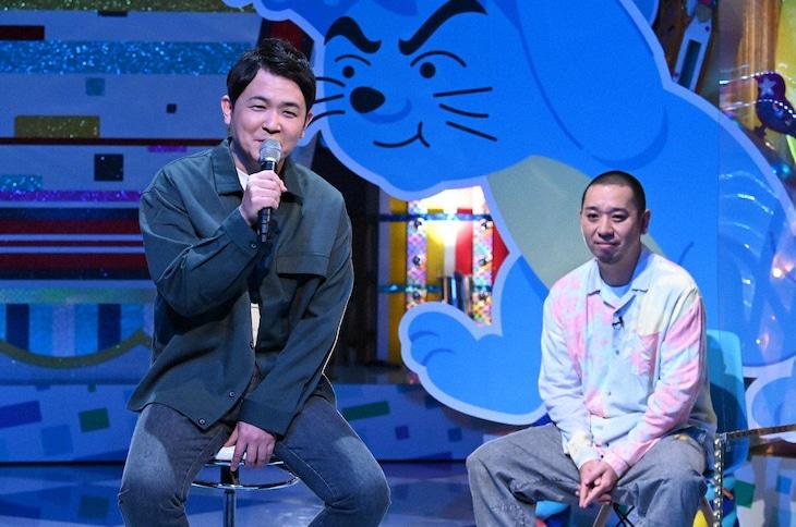 「テレビ千鳥」で「香水」を歌う千鳥ノブ(左)。後方は千鳥・大悟。(c)テレビ朝日