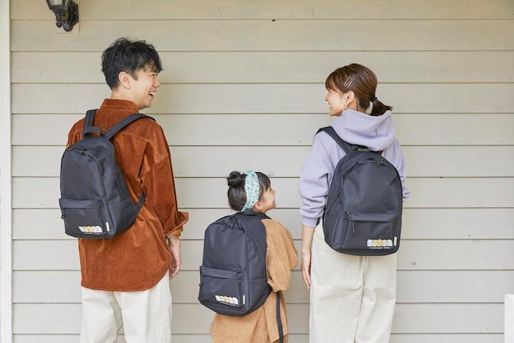 娘役のモデル(中央)とバックバックを着用する藤井隆(左)、乙葉(右)。