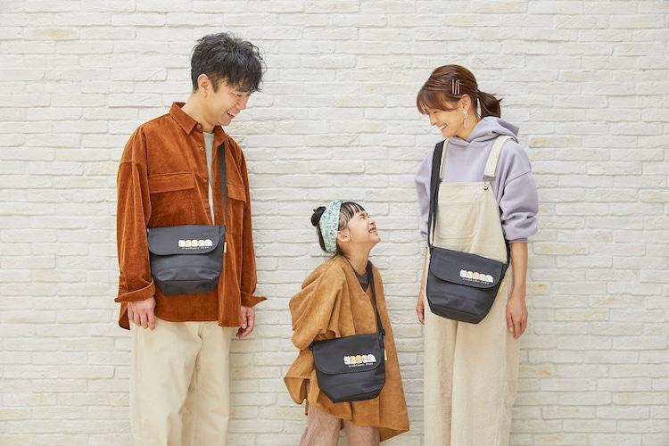 娘役のモデル(中央)とショルダーバッグを着用する藤井隆(左)、乙葉(右)。