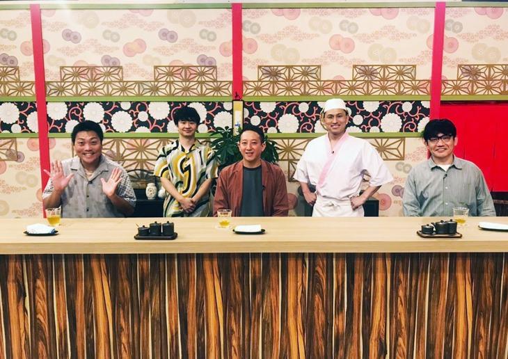 ゲストのサバンナとずん飯尾(前列左から)。