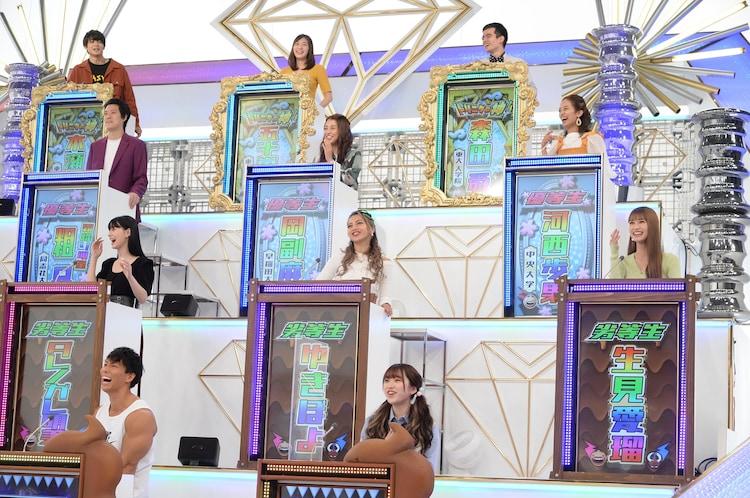 新たなスタジオセットでクイズに挑む解答者の「トリニクダイヤモンド」たち。(c)ABCテレビ