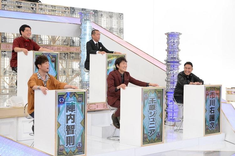 プレゼンターの(前列左から)陣内、千原ジュニア、市川右團次と、タカアンドトシ(後列)。(c)ABCテレビ