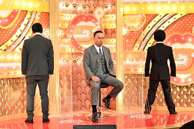 「歌ネタゴングSHOW 爆笑!ターンテーブル」で「半沢直樹」の主要キャストに扮するレイザーラモンRG(中央)ら。(c)TBS