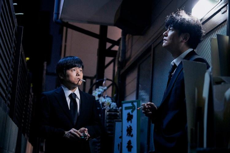 「殺意の道程」に出演する(左から)バカリズムと井浦新。(c)WOWOW