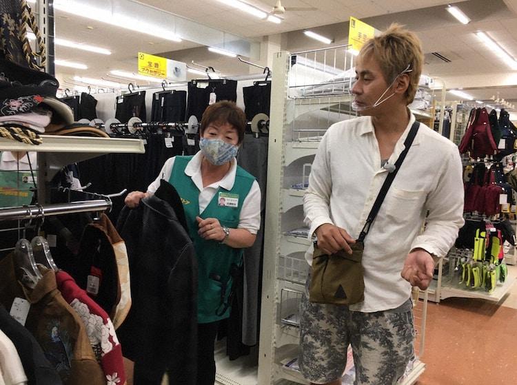 「迷宮グルメ 異郷の駅前食堂」で青森を訪れ、あまりの寒さに服を買うヒロシ(右)。(c)BS朝日