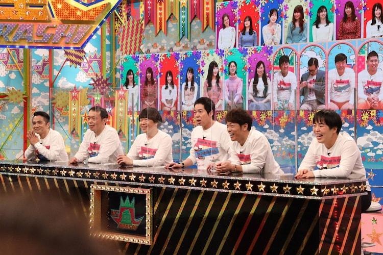 「VS嵐」に出演する「お笑い向上委員会」 チームの(左から)中川家、蛍原徹、今田耕司、陣内智則、ゆりやんレトリィバァ。(c)フジテレビ