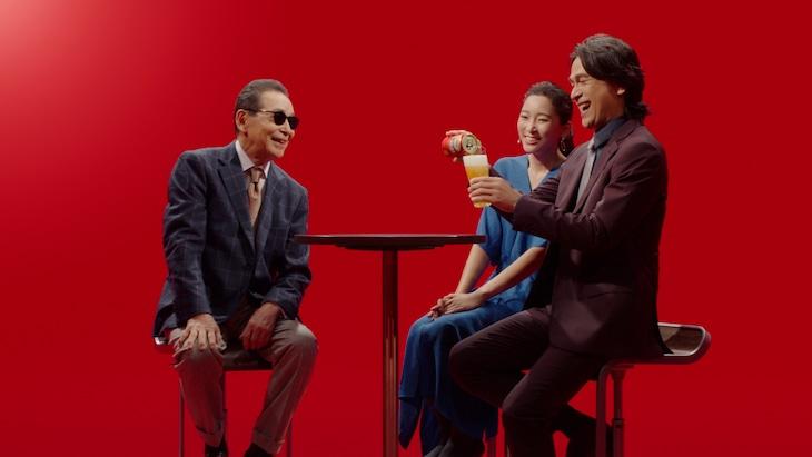本麒麟の新CM「時代に選ばれたうまさ」編に出演する(左から)タモリ、杏、江口洋介。