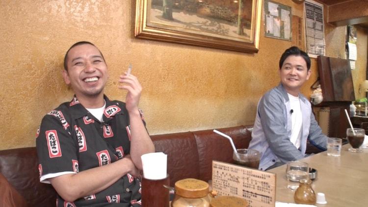 スピンオフ「テレビ千鳥チャンネル『今でも吸える喫茶店探訪!!』」に出演する千鳥。(c)テレビ朝日