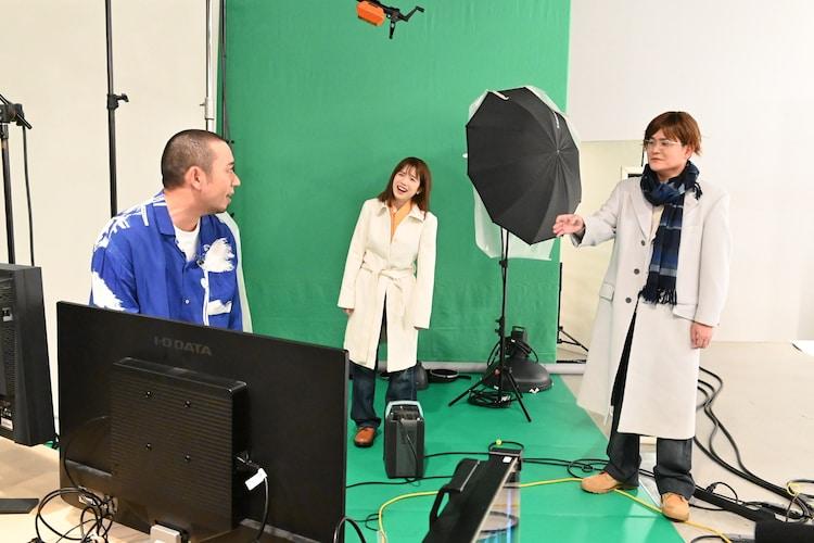 「テレビ千鳥」で「ノブナカなんなん?」のポスターを撮り直そうとする(左から)千鳥・大悟、弘中綾香アナ、千鳥ノブ。(c)テレビ朝日