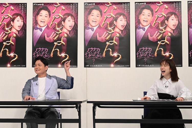 (左から)千鳥ノブ、弘中綾香アナと、壁に貼られた「ノブナカなんなん?」の現ポスター。(c)テレビ朝日