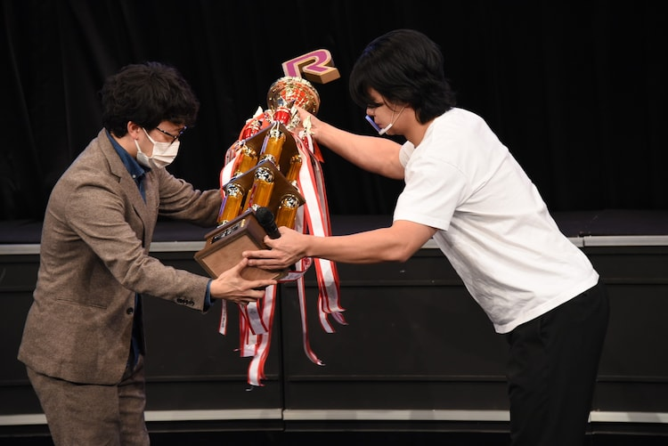 優勝トロフィーを大会側へ返還する野田クリスタル(右)。