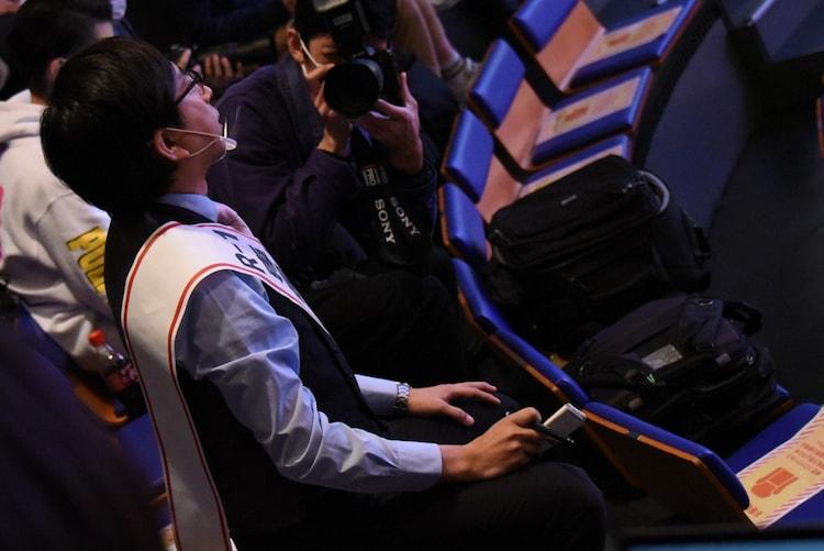 「R-1専属ライター」として記者席から取材する、おいでやす小田。