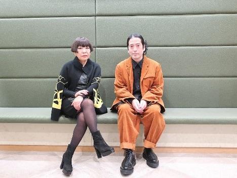 コシノジュンコ(左)とピース又吉(右)。