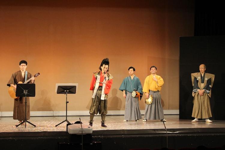 エンディングで歌う武将様(左から2人目)。