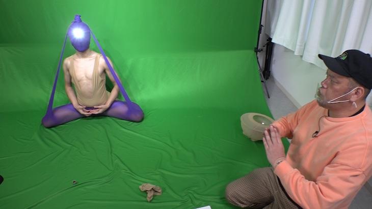 歩子(左)の動画をプロデュースする野性爆弾くっきー!。