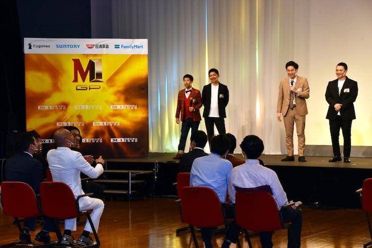 東京ホテイソンたける(ステージ上、右から2人目)の父親と、錦鯉・長谷川(手前左から2人目)の年齢が同じだというトークのワンシーン。