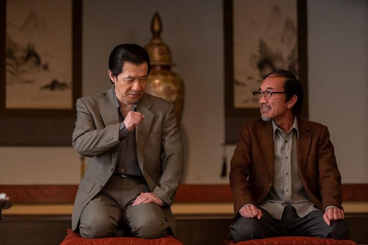 第1話でうっちゃんの父親を演じる内村光良(左)、うっちゃんの伯父を演じる竹中直人(右)。(c)NHK