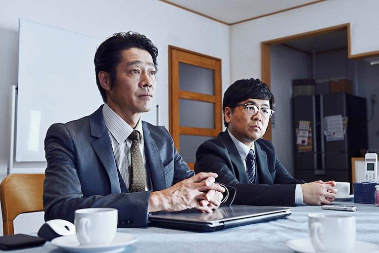 映画「ザ・ファブル 殺さない殺し屋」より、左から堤真一演じる宇津帆、パンクブーブー黒瀬演じる井崎。