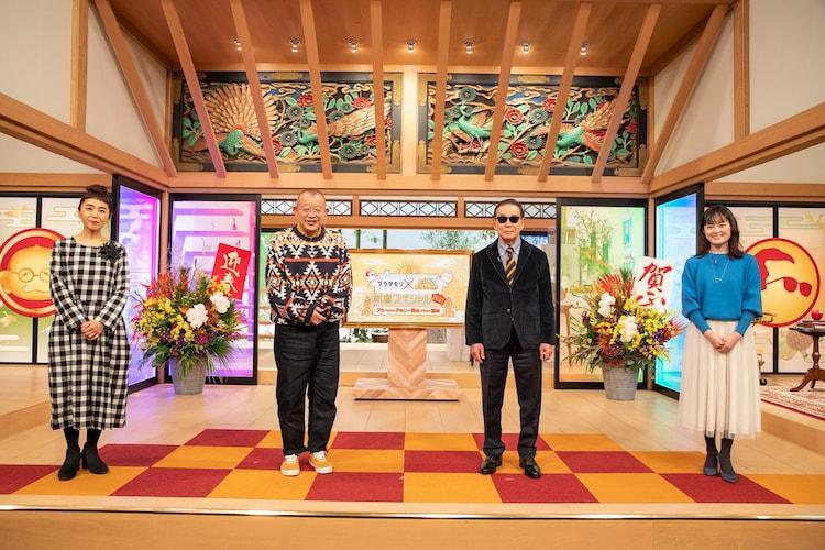 左から浅野里香(NHKアナウンサー)、笑福亭鶴瓶、タモリ、小野文惠(NHKアナウンサー)。(c)NHK