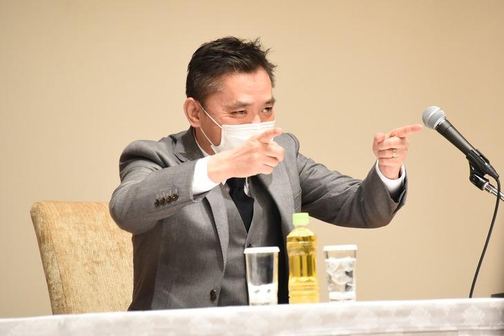 会見に登壇した爆笑問題・太田。