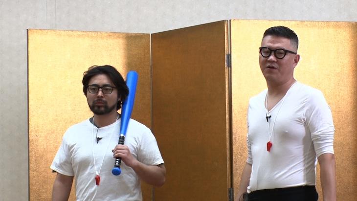 左から山田孝之、シソンヌ長谷川。(c)日本テレビ