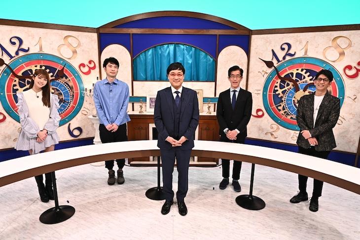 「未来人からの提言 ニッポン遅れてるヨ」に出演する(左から)生見愛瑠、小川哲、南海キャンディーズ山里、岸博幸、アンタッチャブル柴田。(c)CBCテレビ