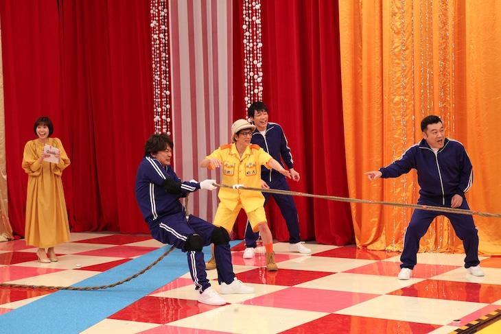 「アンタッチャブルのおバカワいい映像バトル どうぶつ軍VSにんげん軍」で綱引きをする香取慎吾(左から2人目)とアンタッチャブル、麒麟・川島(後方中央)、山崎夕貴アナ(左)。