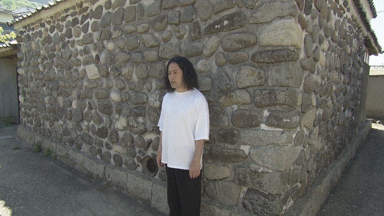 2019年山口県上関町の旅より、祝島独特の「練り堀」という壁を知り、お気に入りを探し歩くピース又吉。