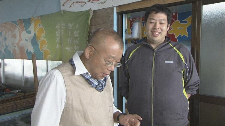 2013年下関市の旅より、角島の漁港で魚類愛あふれる男性と出会った鶴瓶 。