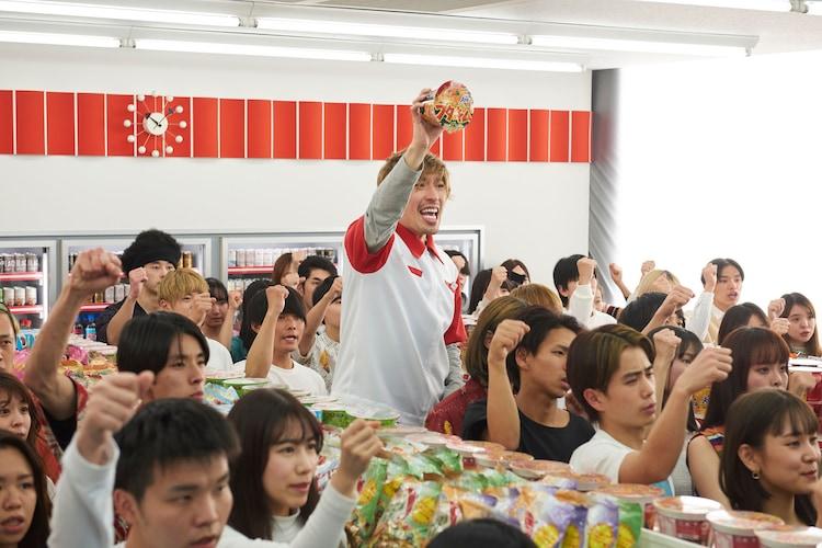 新CM「スーパーカップ/ブタキム EXIT」撮影中の様子。