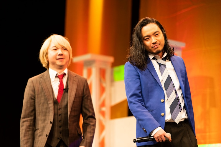三四郎・相田(左)と三四郎・小宮の衣装を着用したR-指定。