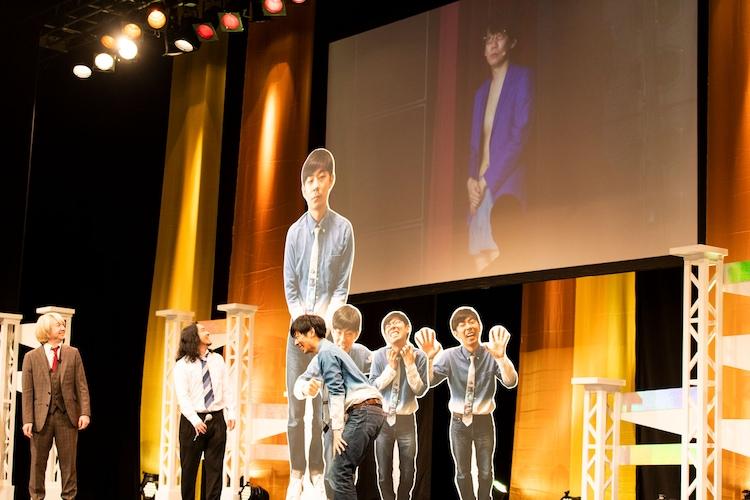 R-指定に衣装を取られてしまい、パンツ一丁でステージに出られなくなった三四郎・小宮。ジャケットだけ返してもらった。