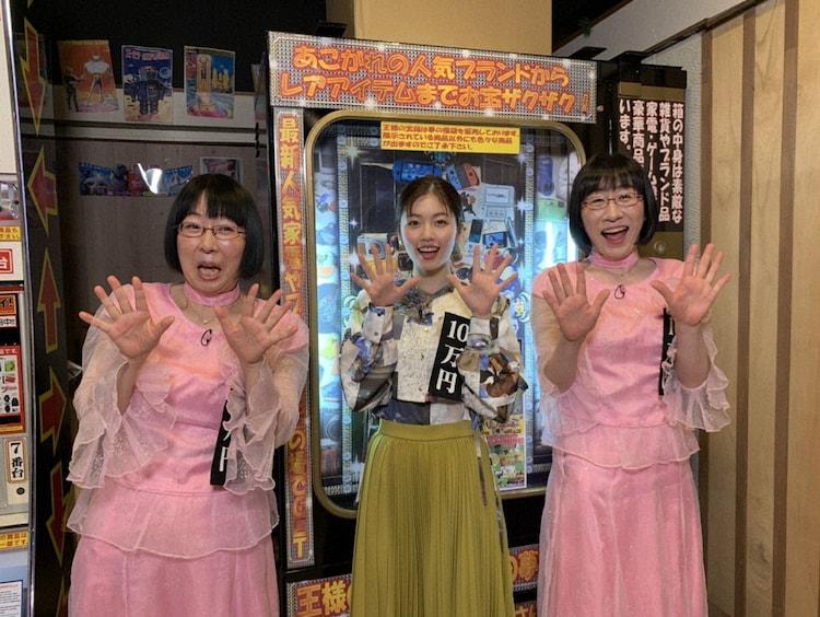 阿佐ヶ谷姉妹と小芝風花(中央)。(c)テレビ朝日