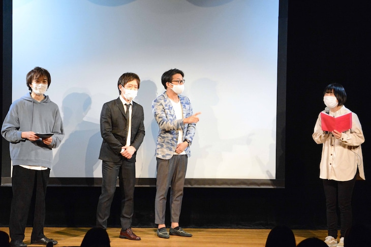 劇場の新名称を発表する児島気奈代表(右)と、それを見守る(左から)ザ・ギース高佐、エルシャラカーニ清和、ハマカーン神田。